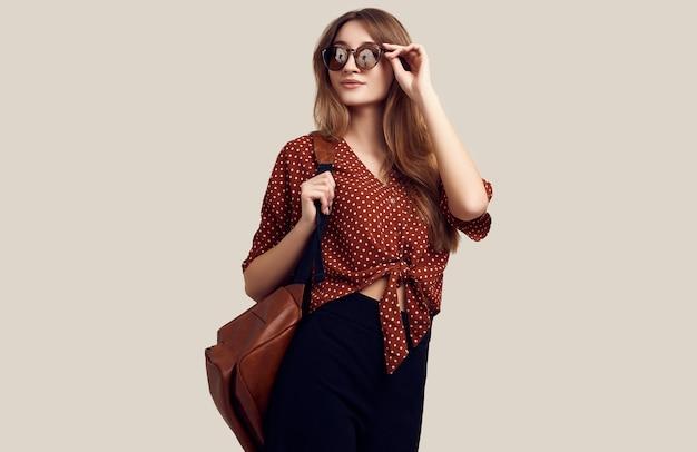 Donna sorridente con lo zaino che va in vacanza Foto Premium