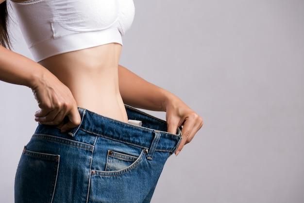 Donna sottile in blue jeans oversize Foto Premium