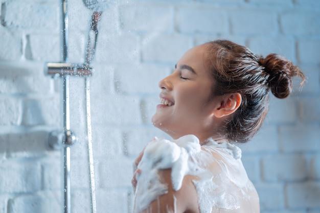 Donna sotto la doccia Foto Gratuite