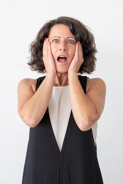 Donna spaventata che guarda l'obbiettivo Foto Gratuite