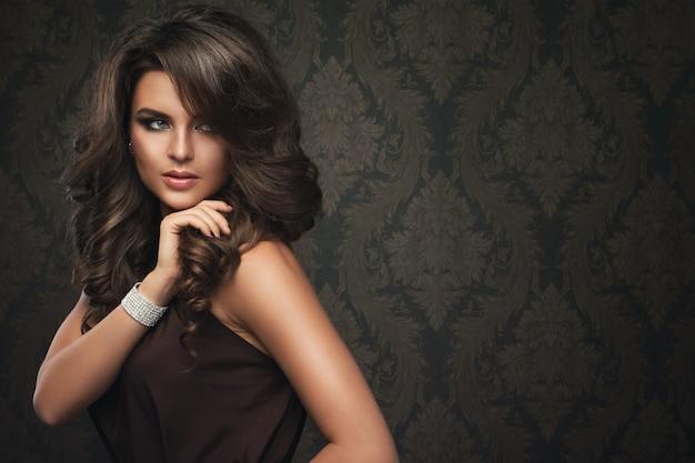Donna splendida con bel trucco e acconciatura Foto Premium