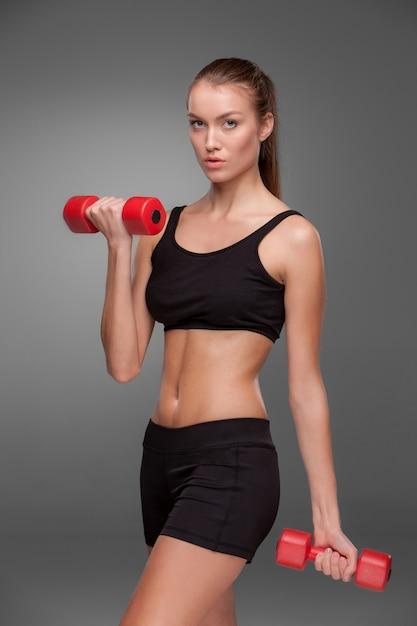 Donna sportiva che fa esercizio aerobico Foto Gratuite