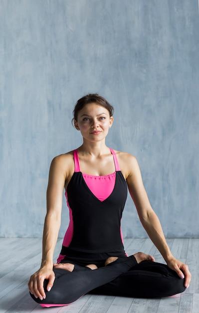 Donna sportiva che resta nella posizione del loto Foto Gratuite