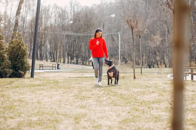 Donna sportiva nel parco Foto Gratuite