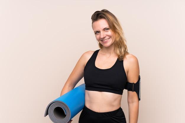Donna sportiva sopra il muro isolato Foto Premium
