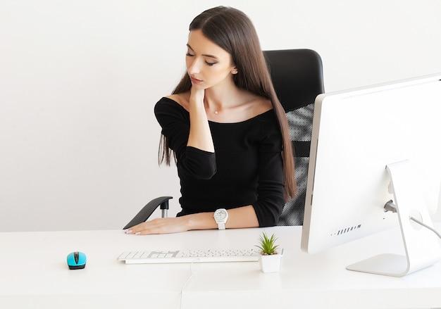Donna stanca di affari che tiene il suo collo Foto Premium