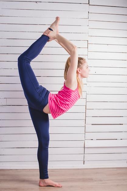 Donna, standing, stretching, parete, legno Foto Gratuite