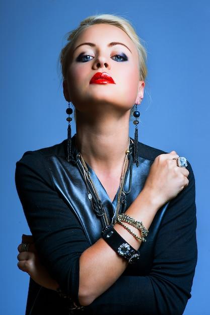 Donna stile punk, sfondo blu Foto Premium