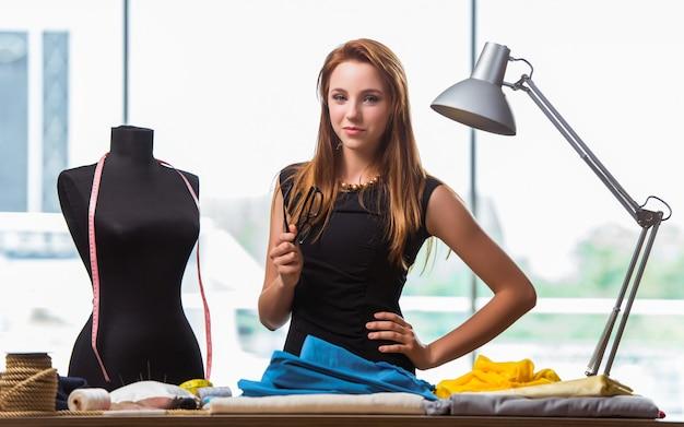 Donna su misura lavorando su nuovi vestiti Foto Premium
