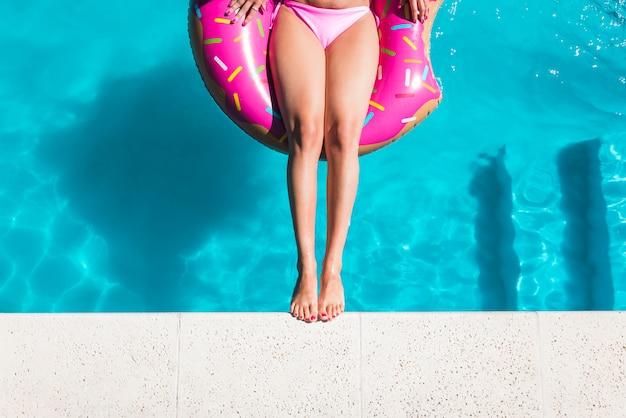 Donna sul cerchio gonfiabile in piscina Foto Gratuite