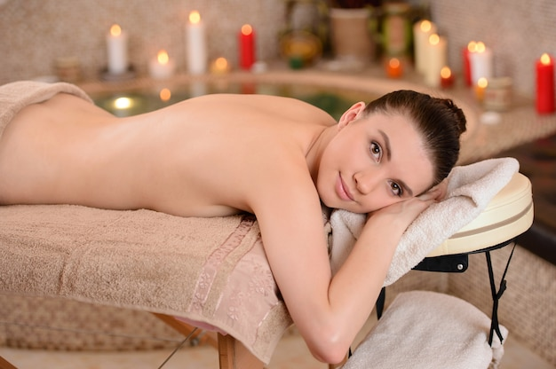 Donna sul massaggio termale del corpo nel salone di bellezza. Foto Premium