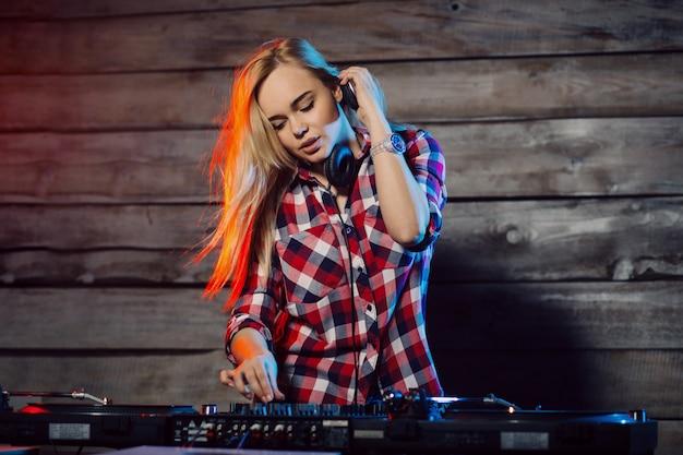 Donna sveglia del dj divertendosi giocando la musica alla festa del club Foto Gratuite