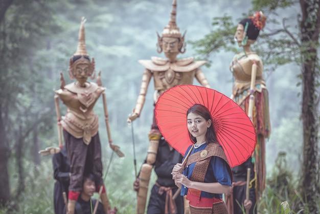 Donna tailandese con burattini tradizionali Foto Premium
