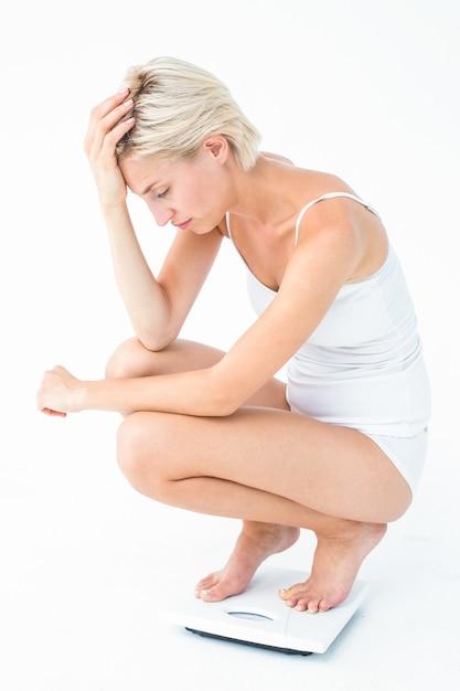 Donna triste accovacciata sulle scale Foto Premium