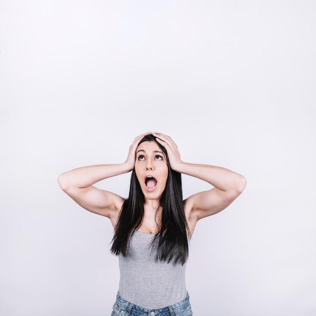 Donna urlando e alzando lo sguardo Foto Gratuite