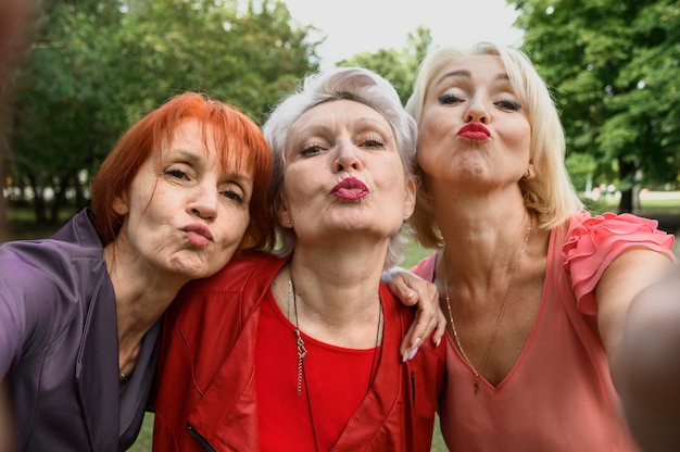 Donne anziane che prendono insieme un'immagine Foto Gratuite