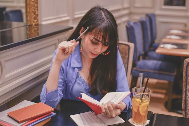 Donne asiatiche che lavorano in un ristorante Foto Premium