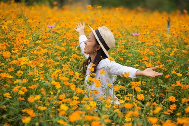 Donne asiatiche in fattoria fiore giallo Foto Gratuite