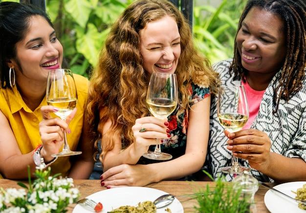 Donne che bevono vino insieme Foto Premium