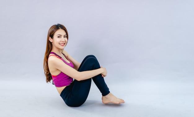 Donne che fanno yoga per la salute esercizio in camera concetto di assistenza sanitaria e buona forma Foto Premium