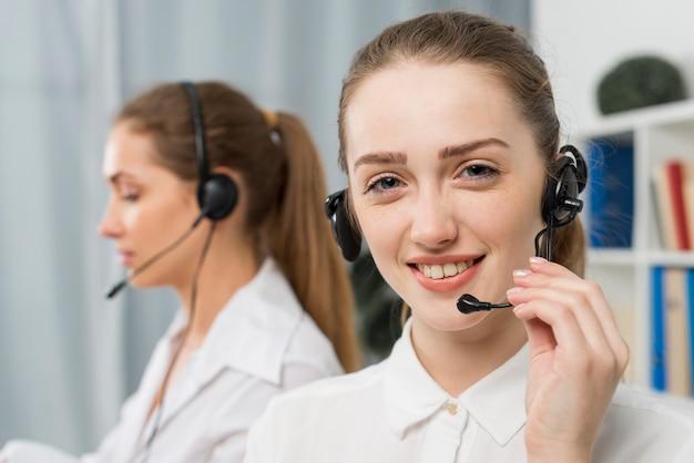 Donne che lavorano nel call center Foto Gratuite