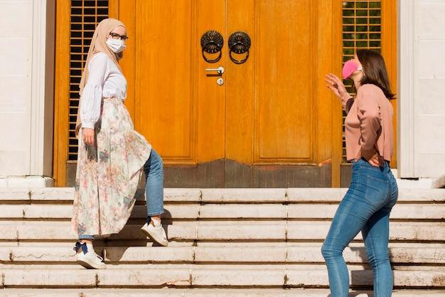 Donne che mantengono le distanze sociali Foto Gratuite