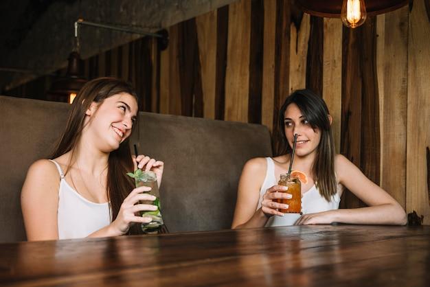 Donne che si godono un drink Foto Gratuite