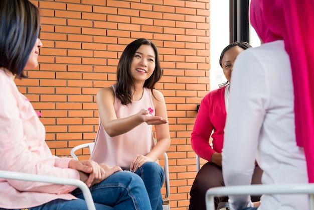 Donne che si incontrano per la campagna di sensibilizzazione sul cancro al seno Foto Premium