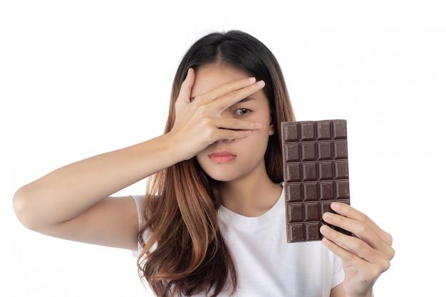 Donne che sono contro il cioccolato, isolato su uno sfondo bianco. Foto Gratuite