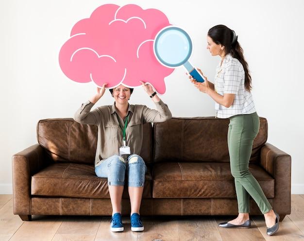 Donne che tengono icone di nuvola rosa Foto Premium