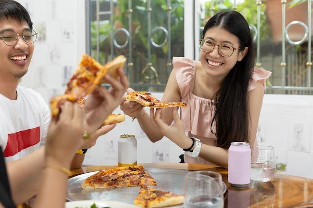Donne con i migliori amici che mangiano pizza nel ristorante. Foto Premium