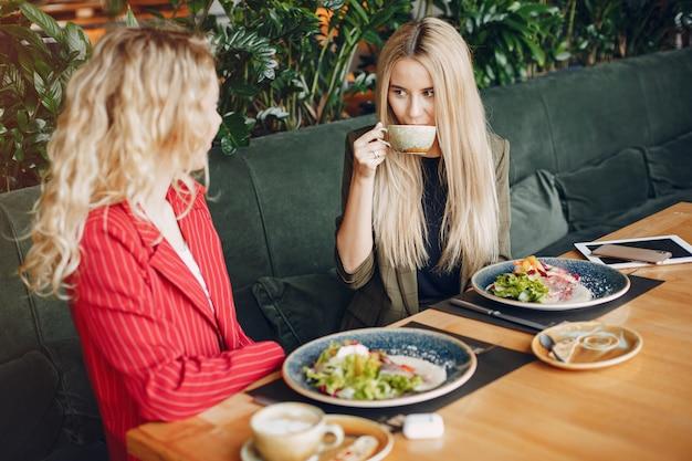 Donne d'affari che lavorano insieme Foto Gratuite