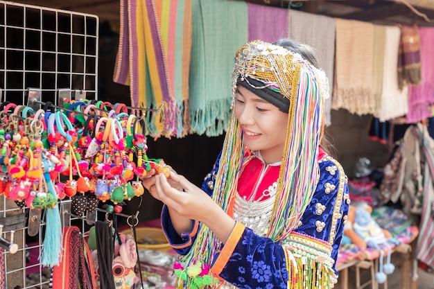 Donne della tribù della collina che vendono le merci ai turisti. Foto Gratuite