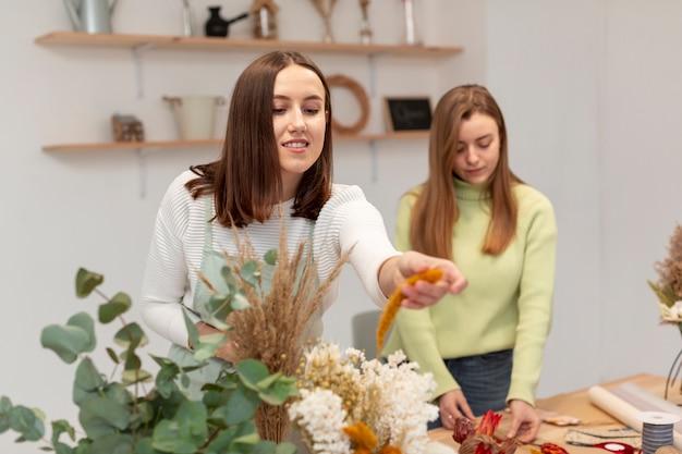 Donne di affari che lavorano al negozio di fiori Foto Gratuite