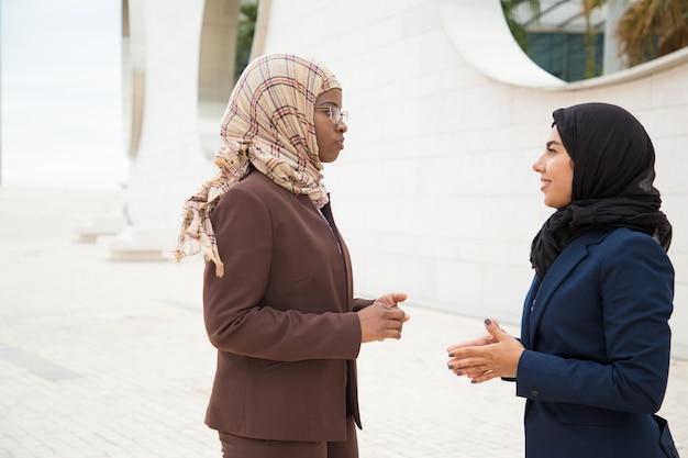 Donne di affari musulmane sicure che discutono progetto Foto Gratuite
