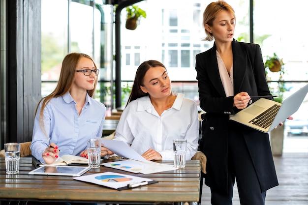 Donne di vista frontale al lavoro che lavorano insieme Foto Gratuite