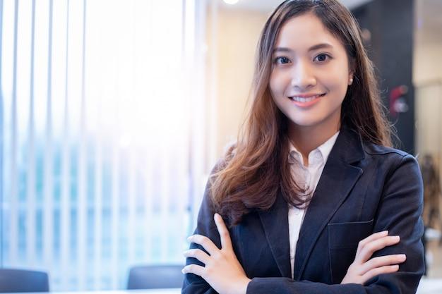 Donne e gruppo asiatici di affari che per mezzo del taccuino Foto Premium