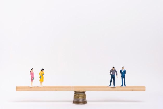 Donne e uomini in equilibrio sull'altalena Foto Gratuite