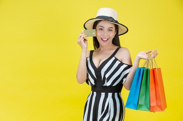 Donne felici che acquistano con i sacchetti della spesa e le carte di credito Foto Gratuite