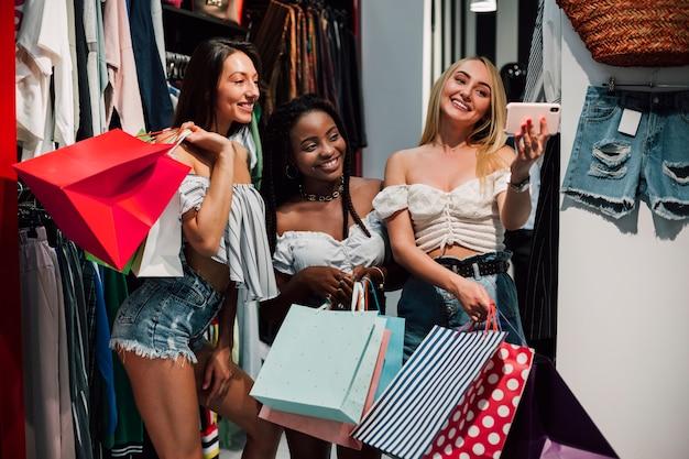 Donne felici che prendono selfie nel deposito Foto Gratuite