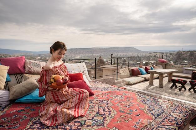 Donne felici sul tetto della casa della caverna che godono del panorama della città di goreme, cappadocia turchia. Foto Premium