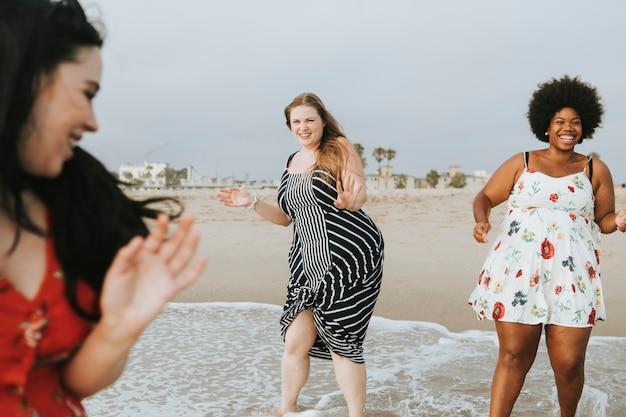 Calendario Donne Formose.Donne Formose In Spiaggia Scaricare Foto Premium
