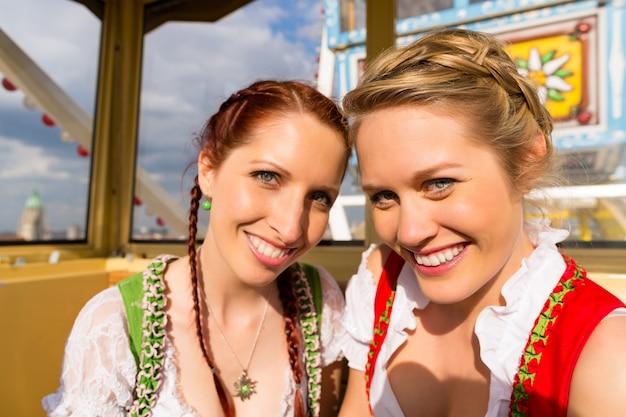 Donne in abiti tradizionali bavaresi o dirndl in festa Foto Premium