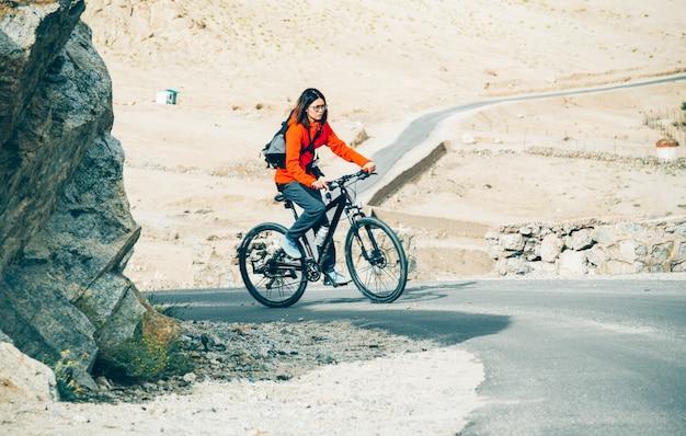 Donne in bicicletta fino alla catena montuosa dell'himalaya Foto Premium