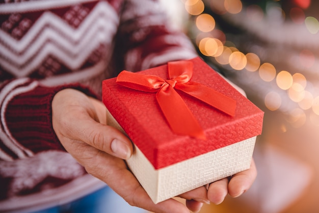 Donne in possesso di regalo di natale Foto Premium