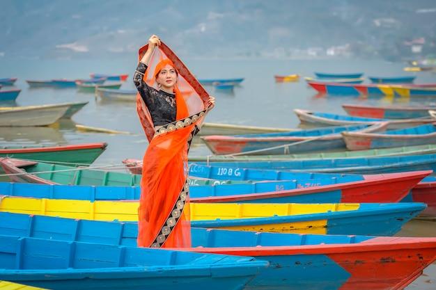 Donne in sari che stanno sulla barca, lago phewa, città di pokhara, nepal Foto Premium