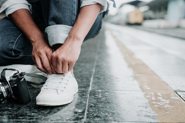 Donne legate ai lacci delle scarpe, passerelle sul treno, vacanze, idee di viaggio. Foto Gratuite