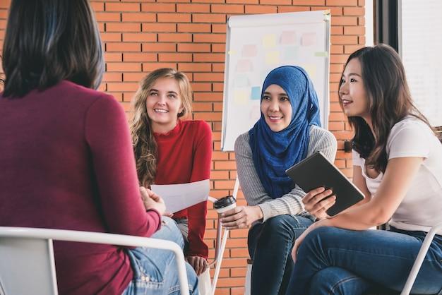 Donne multietniche casuali che si incontrano per il progetto sociale Foto Premium