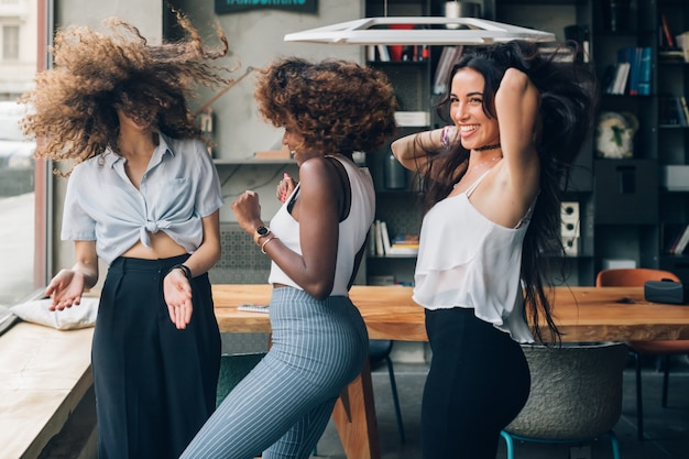 Donne multirazziali che ballano nel loft moderno Foto Premium