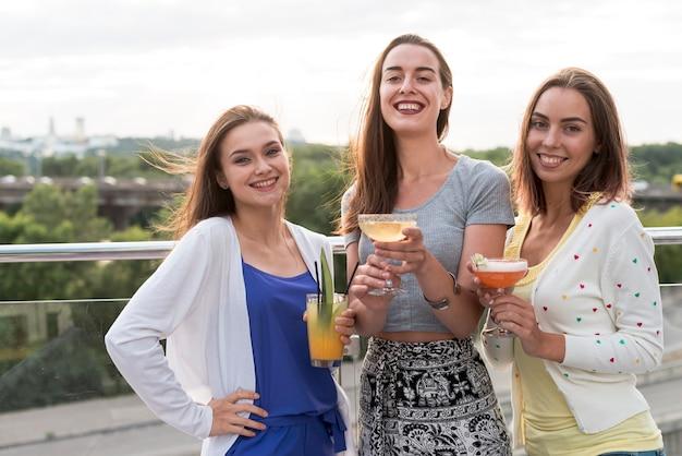 Donne sorridenti a una festa in terrazza Foto Gratuite
